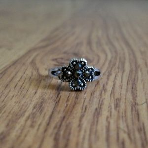 ❤3/$10 Sale Size 5 Silver Tone Clover Ring